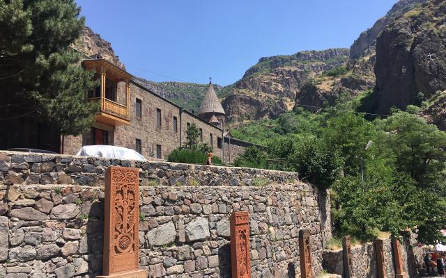 Монастырь, высеченный в скале и армянские хачкары