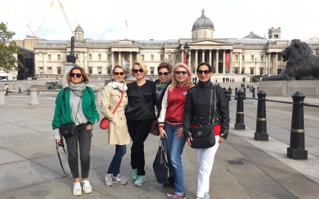 Наша группа на экскурсии по центру Лондона на Трафальгарской площади