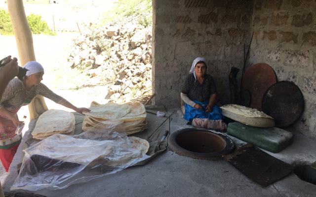 Новоиспеченный лаваш прямо из тандыра по дороге на Севан