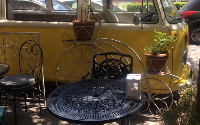 Летний Ереван с многочисленными кафе, спасающих от жары